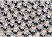 Gros plan sur les rangées de diodes électroluminescentes blanches et jaunes d'un panneau de LED
