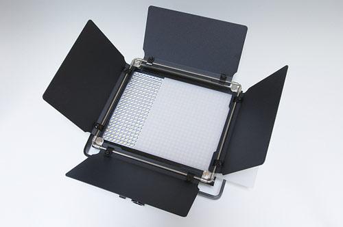 Un panneau lumineux à LED Neewer 2.4G 660 avec les barndoors vus de face.