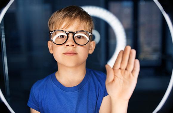 jeune garçon posant en portrait devant un ring light